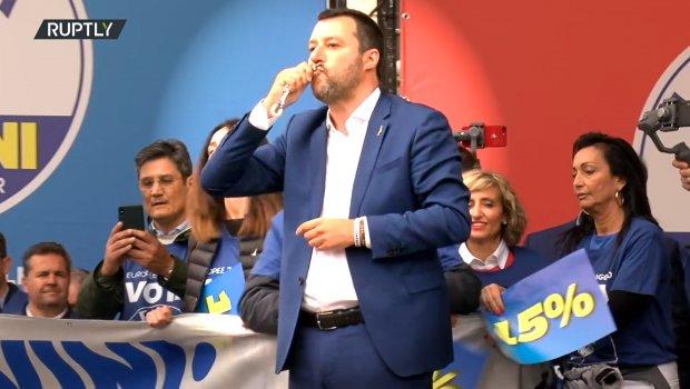 Salvini na predizbornom skupu ljubio krst