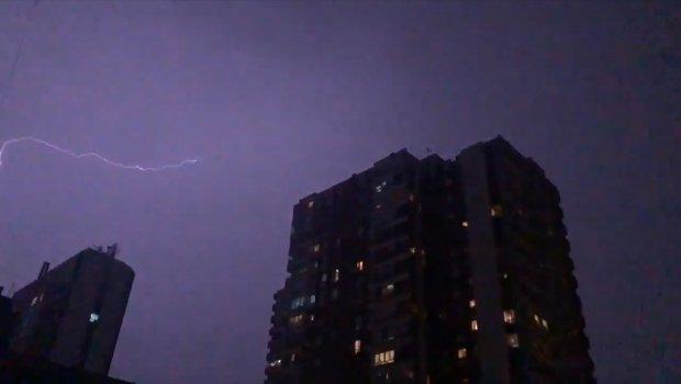 Grmi, seva, oluja sve nosi: Stravično nevreme pogodilo Beograd