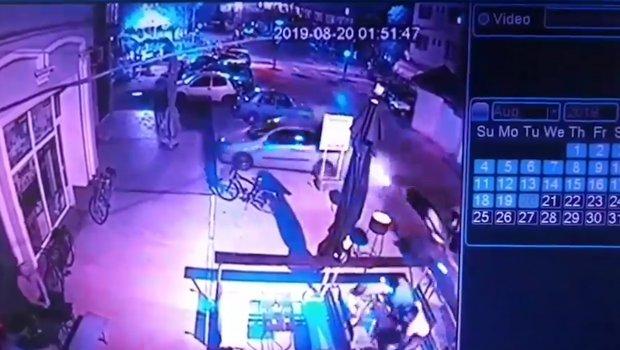 Udario je u parkiran auto, napravio haos u kafiću, pa se odvezao kao da se ništa nije desilo